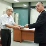 谷野事務局長(写真左)に申入書を渡す 紙谷委員長