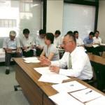 武田委員長(左)に要望書を提出する紙谷委員長
