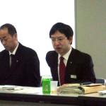 回答する吉田・義務教育課長(右側)