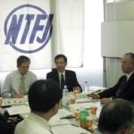 話を進める三好全日教連委員長(写真中央) 右が紙谷香教連委員長