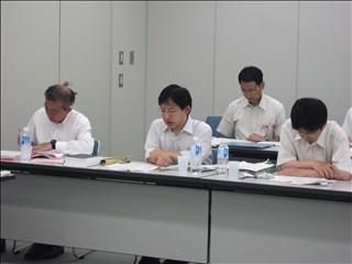 回答を行う吉田義務教育課長(前列真ん中)