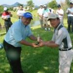 昨年度優勝した岩井先生へレプリカ贈呈