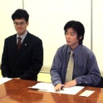 挨拶する橋本会長(右側)、 左側は大高副委員長