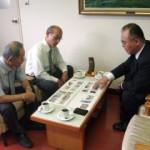 写真資料をもとに説明する紙谷委員長(右側)と 説明を聞く溝渕教育長(左奥)、松下次長
