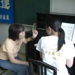 ピアノ弾き語りに取り組む参加者